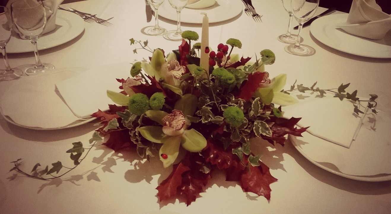 Conosciuto Composizione floreale per centrotavola con orchidee e foglie di  WT15