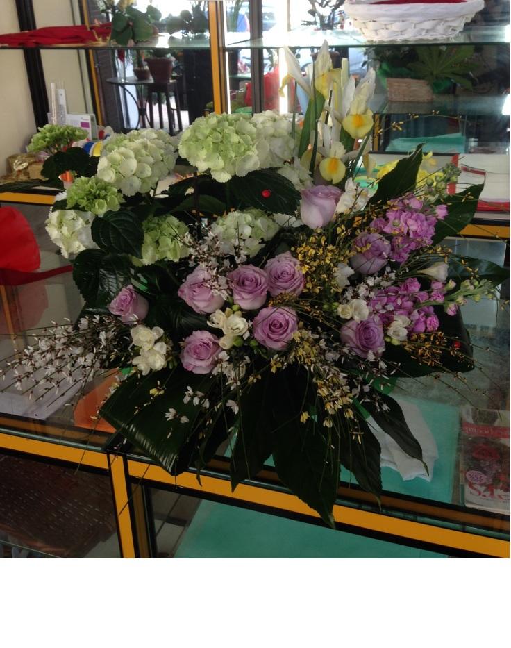 Cesto fiorito con ortensie e rose glicine